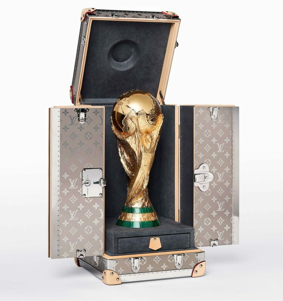 PACKSHOT FIFA Wordl CupTM THROPHY TRAVEL CASE OPEN WITH TROPHY